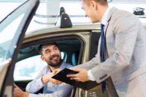 Melakukan penilaian calon peminjam mobil