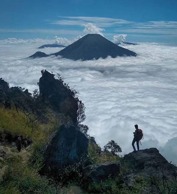 Keindahan hamparan awan dari puncak gunung Sumbing