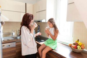Ibu dan Anak Rutin Minum Air Putih