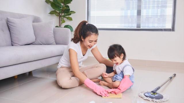 Membersihkan rumah bersama anak