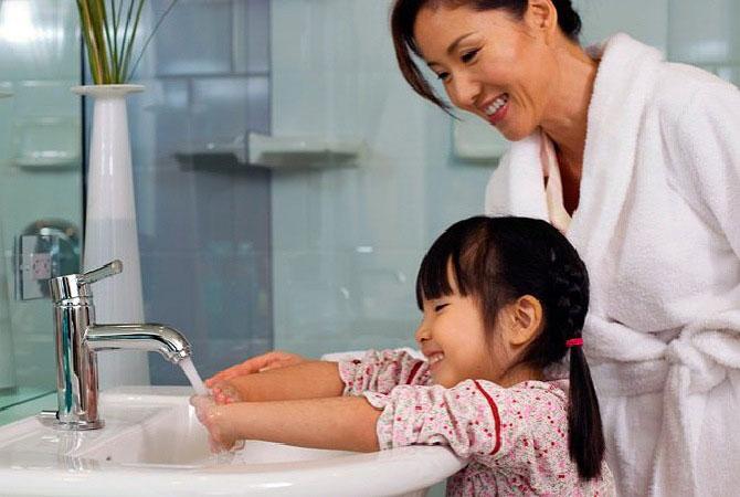 Membiasakan cuci tangan