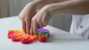 Manfaat Pop It- Meningkatkan Perkembangan Sensorik